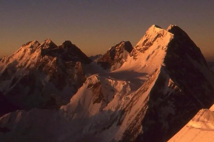 Selena 12 ans, son père malade la laisse seule pour gravir la montagne