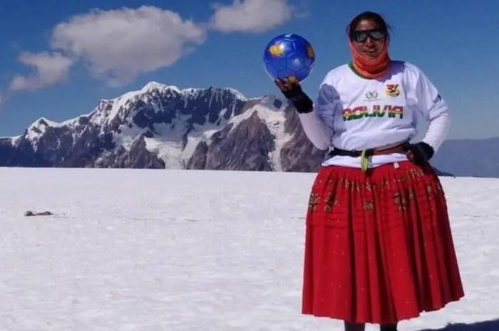 Une partie de football à 5.870m pour las Cholitas Escaladoras de Bolivie