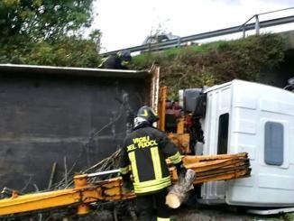 Variante di Gubbio est, camion precipita di sotto, conducente in ospedale