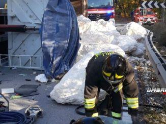 Camion si ribalta sulla 219, autista estratto da cabina, traportava grosse pietre