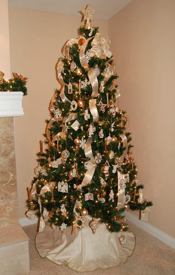 Burgundy Christmas Tree Decorating Ideas