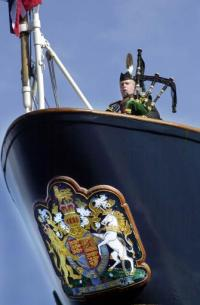 Il 2 aprile 2002 Jim Stout, a prua del Britannia suona la cornamusa in ricordo delle Regina Madre