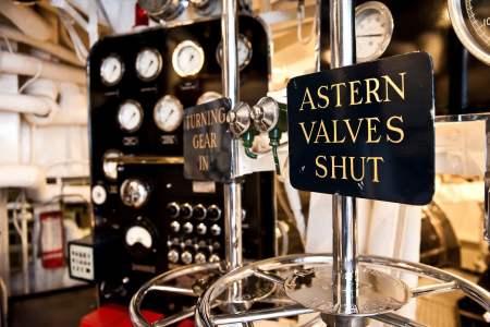 In queste e nellaprecedente foto si vede la sala macchine con turbine a gas capaci di erogare una potenza di 12000 HP per imprimere alla nave una velocità massima di 25 nodi