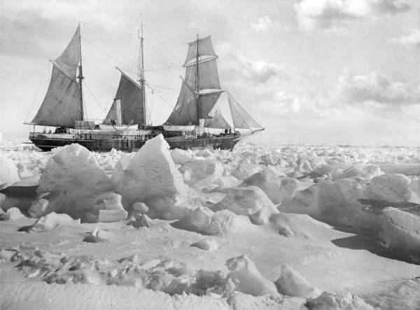 Si cerca di liberare la nave dal ghiaccio con il motore e le vele