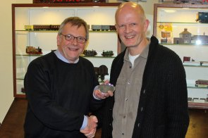 Steve Flint presents the 'Best in Show' award to an operator from 'Harton Gill'