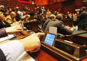 Governo sotto alla Camera, tra bagarre e volti gioiosi