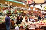 panoramica supermercato con consumatori