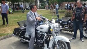 Il sindaco Leonardo Fornaciari in sella ad una Harley Davidson