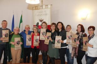 I rappresentanti dei soggetti che aderiscono alla campagna mostrano le buste de