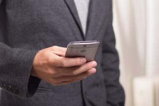Una persona che usa uno smartphone
