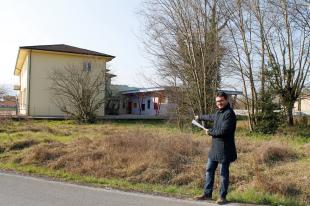 L'assessore Cecchetti indica l'area dove sorgerà il parco