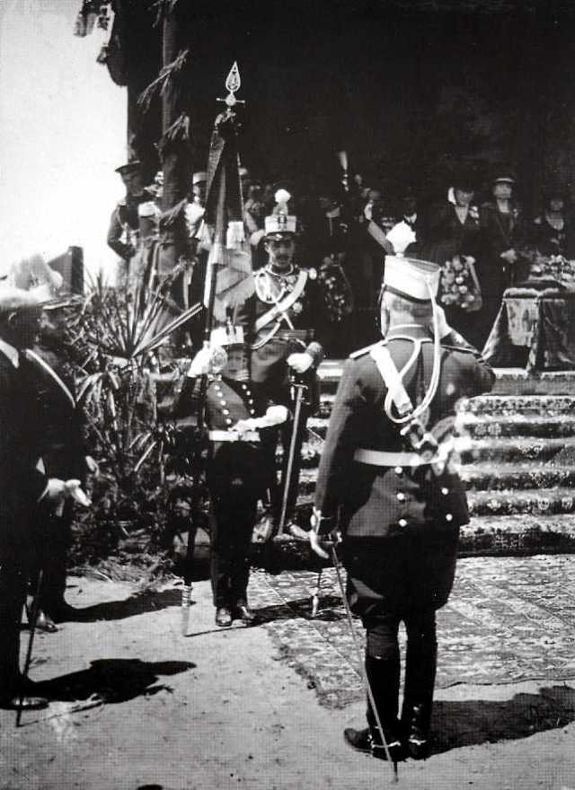 Entrega del estandarte de Aerostación Militar en Guadalajara, por el Infante D.Juan de Borbón, hijo de Alfonso XIII, padre del Rey Emérito D.Juan Carlos I y abuelo del actual Rey, Felipe VI.