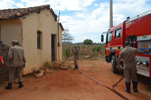 Residência incendiada no Sitio Papa Mel