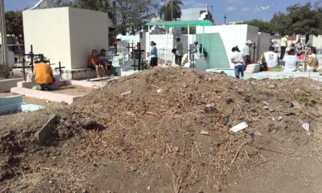 Entulho e lixo que envergonha aos visitantes no Cemitério- Irresponsabilidade de uma administração que não respeita nem os mortos em Cajazeiras.