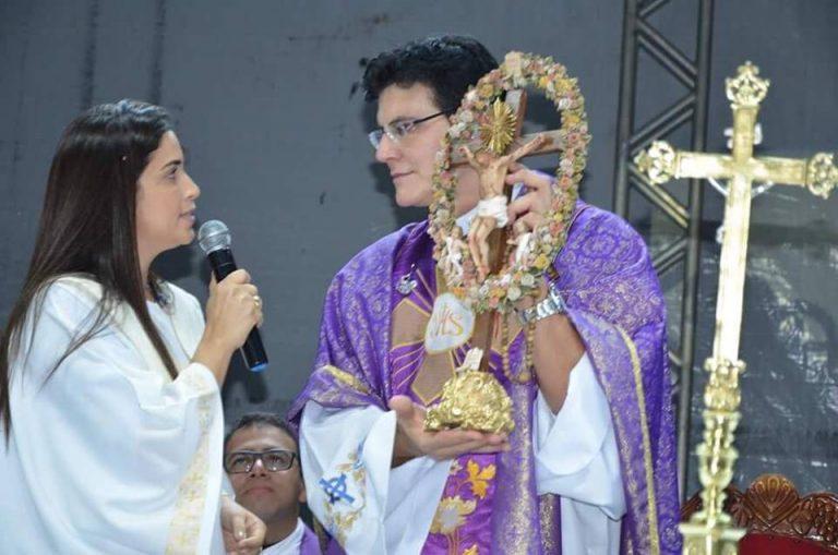 Prefeita Laís Nunes entrega réplica do Senhor do Bonfim ao padre Reginaldo Manzotti