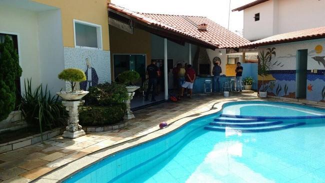 Irmãos apontados como líderes de quadrilha responsável por fraudes em concursos, foram presos em casa localizada em condomínio de luxo em João Pessoa (Foto: Lucas Sá/DDF João Pessoa)