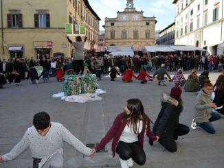 500 studenti in piazza nel flash mob per la riduzione dei rifiuti