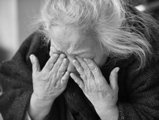 Badante violenta arrestata dalla polizia, picchiava anziana