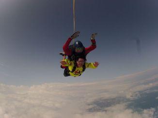 Nonna Marianna si lancia col paracadute per il compleanno del nipote