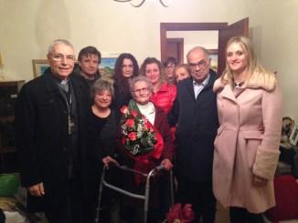 Sindaco e vescovo alla festa di compleanno di nonna Luisa 107 anni