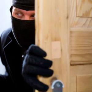 Risultati immagini per mascherto da rapinatore