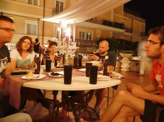 Susan, Julia,Ingo und alkoholfreie Cocktails in Plastikbechern