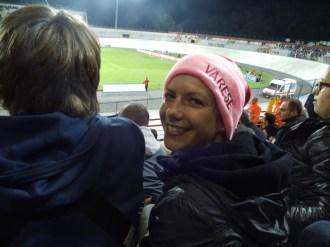 Julia betrachtet Hooligans bei Varese gegen Hellas
