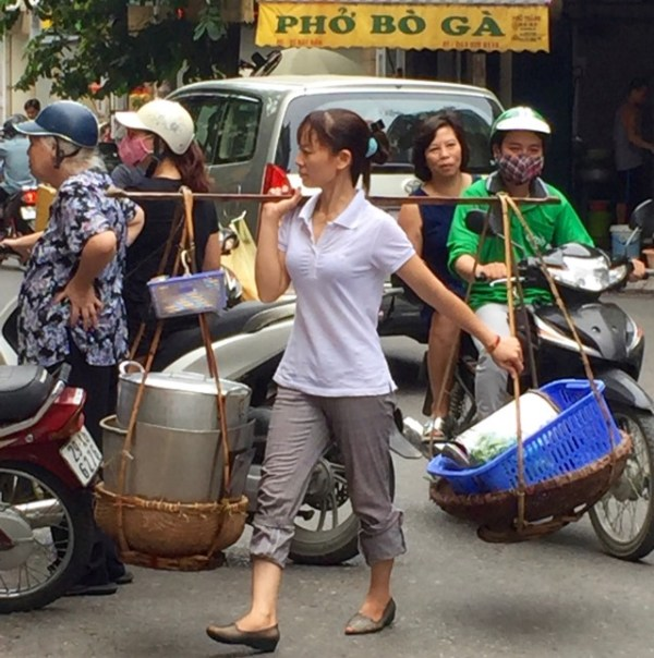 pedestrians-cars-scooters-vendors-in-hanoi-streets