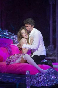 MANON_LESCAUT_RO_470-KRISTINE-OPOLAIS-AS-MANON-LESCAUT-AND-JONAS-KAUFMANN-AS-CHEVALIER-DES-GRIEUX-C-BILL-COOPER-1-199x300