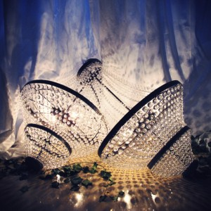 Lustres de cristal criam o ambiente em todo local uma exalação de luxo…