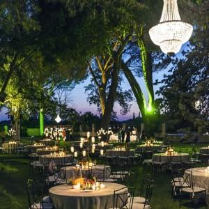 Iluminação casamento exterior lustres em jardim
