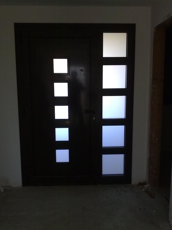 Puerta de aluminio en Bellvey