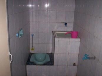 desain kamar mandi minimalis kloset jongkok dengan shower 4