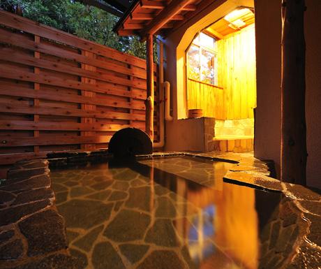 A-private,-open-air-bath-at-the-Jinpyokaku-Ryokan