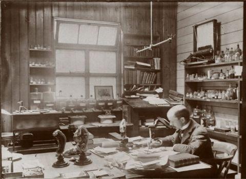 Arthur Thomson en su oficina