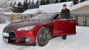 Robert Granström vid sin amerikanska Tesla Model S. FOTO: STERLING NILSSON