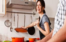 فتاة في المطبخ