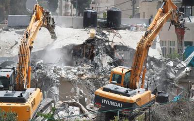 جرافات الاحتلال تهدم منزلا ومنشأة تجارية في الطيبة