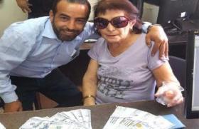 فلسطيني يعثر على حقيبة مليئة بالأوراق النقدية ويعيدها إلى صاحبتها اليهودية