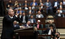 الرئيس التركي رجب طيب أردوغان أمام البرلمان