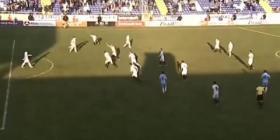 بالفيديو.. حارس مرمى ينقذ فريقه بهدف من منتصف الملعب