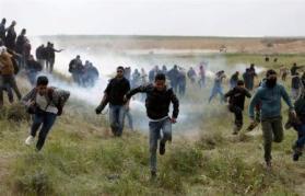 اصابة شابين برصاص جيش الاحتلال وبقنبلة غاز شرق غزة