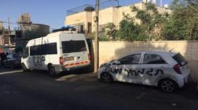 مستوطنون يخطون شعارات عنصرية ويعطبون إطارات مركبتين في عوريف