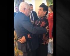 """بالفيديو.. الاسطورة مارادونا لمحمود عباس: """"أنا فلسطيني"""""""