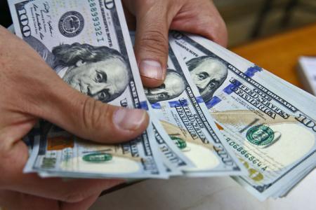 الدولار يواصل النزيف مع انحسار مخاوف الحرب التجارية