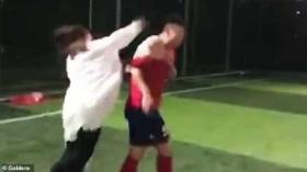 امرأة تقتحم ملعب كرة قدم لضرب حبيبها بعد اكتشاف زواجه (فيديو)