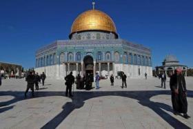 قوات الاحتلال تعتدي على موظفي الأوقاف داخل المسجد الأقصى