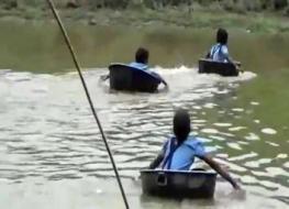 بالفيديو.. تلاميذ يعبرون النهر في آنية الطعام للوصول إلى المدرسة