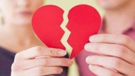 """أكدت دراسة جديدة نُشرت في مجلة Psychoneuroendocrinologym، أن الحزن الناجم عن القلب المكسور يمكن أن يكون قاتلا. ويبدو أن المرضى الذين يكافحون من أجل المضي قدما في الحياة، بعد وفاة أحد أفراد أسرتهم، أكثر عرضة لخطر الموت في وقت غير متوقع، ويمكن إلقاء اللوم في ذلك على الالتهاب. وأجرى باحثو جامعة """"Rice"""" الأمريكية مقابلات عدة، واختبروا دماء 99 شخصا عانوا من فقدان شركائهم في الحياة مؤخرا. وقارن الباحثون بين الأشخاص الذين أظهروا أعراض """"الحزن المرتفع""""، مثل صعوبة الحركة والإحساس بأن الحياة لا معنى لها وعدم القدرة على قبول حقيقة الخسارة، وأولئك الذين لم يظهروا هذه السلوكيات. وظهرت مستويات أعلى من الالتهاب الجسدي لدى الأرامل من الجنسين، بنسبة تصل إلى 17%، في جزء حيوي من الجهاز المناعي، ساهم في أمراض القلب والأوعية الدموية والسرطان والسكري. وقال الباحث الرائد، كريس فاغوندز: """"أظهرت الأبحاث السابقة أن الالتهاب يساهم في كل الأمراض تقريبا في مرحلة البلوغ المتقدمة. ونعلم أيضا أن الاكتئاب مرتبط بمستويات أعلى من الالتهاب، وأولئك الذين يفقدون أزواجهم معرضون بشكل كبير لخطر الاكتئاب الشديد والنوبة القلبية والسكتة الدماغية والوفاة المبكرة"""". واستطرد موضحا: """"ومع ذلك، فإن هذه هي أول دراسة تؤكد أن الحزن، بغض النظر عن مستوى أعراض الاكتئاب، يمكن أن يعزز الالتهاب والذي بدوره يمكن أن يسبب نتائج صحية سلبية"""". وتجدر الإشارة إلى أن فقدان شخص عزيز أمر صعب للغاية، وليس أمرا يمكن """"تخطيه"""" بسرعة، بغض النظر عن المرحلة التي تحدث فيها حالة الخسارة، وليس هناك طريقة """"صحيحة"""" للتعامل معها."""
