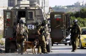 الاحتلال يشن حملة مداهمات ويعتقل عدداً من المواطنين بالضفة الغربية